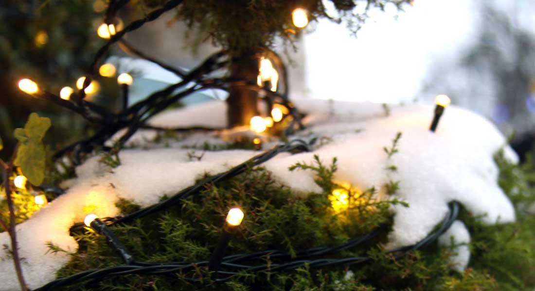 Jouluvaloille oma ulkopistorasia – tunnelmaa turvallisesti valosarjoilla