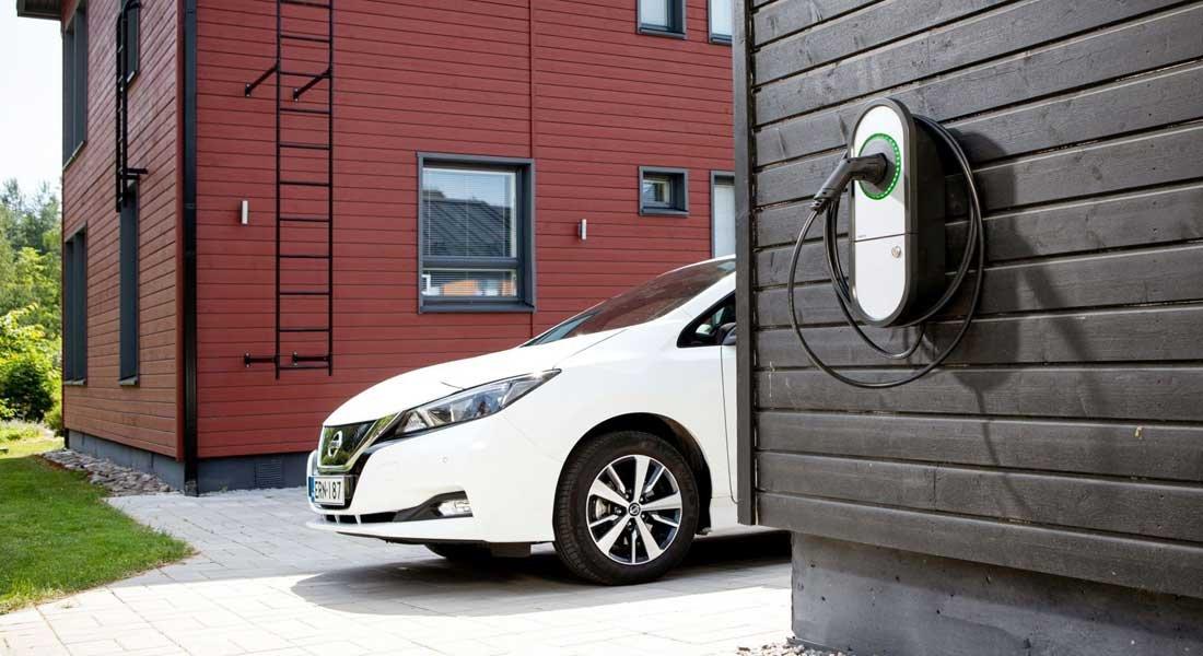 Kotona sähköauto ladataan hidas- tai peruslatauksella