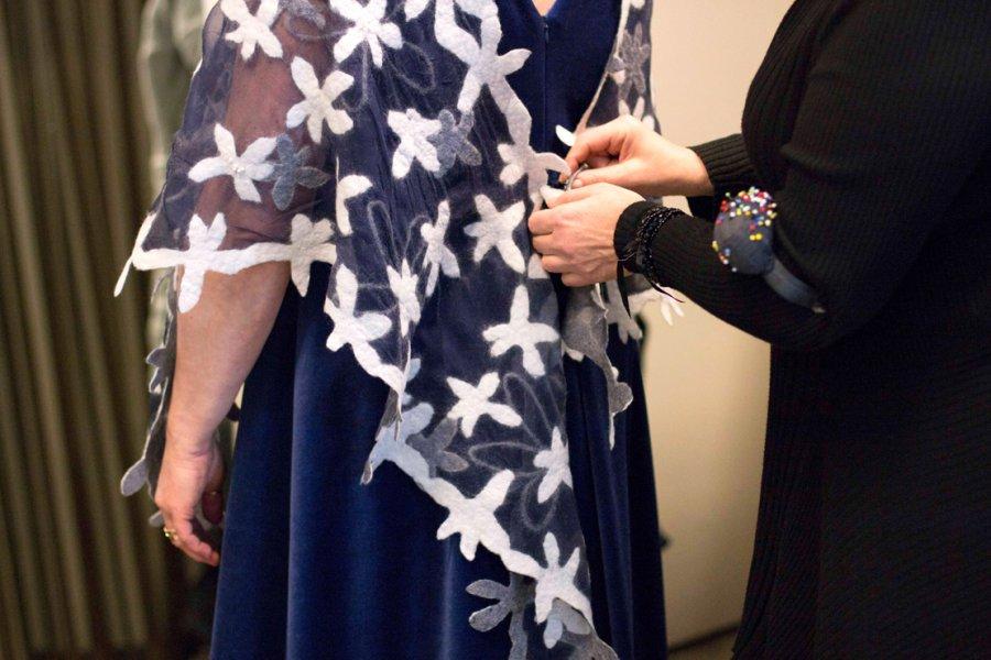 Talven juhlakausi on alkanut: Vaatturimestari vaalii perinteistä käsityöläisosaamista